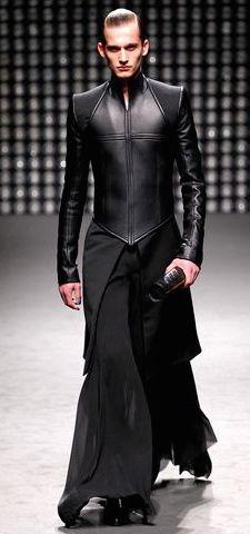 Gareth Pugh Fall 2011 Ready-to-Wear Fashion Show Dark Fashion, Gothic Fashion, High Fashion, Fashion Show, Mens Fashion, Fashion Design, Latex Fashion, Steampunk Fashion, Guy Fashion