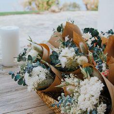 Los ramos de flores secas se han convertido en el gran regalo para tus invitados.Preciosos ramos de flor seca de nuestras geniales colaboradoras @rosacadaques. No las conoces?  visita obligada este verano para descubrir una tienda con encanto en Cadaqués 💙 #cottonbirdes #nuevacoleccion #boda #blogboda #instaboda #instawedding #futurasnovias #wedding #noscasamos#inspiracionbodas#weddinginspiration#detallesdeboda #regaloparainvitados #novia2021 #boda2021 #florseca #flores #rosacadaques Table Decorations, Furniture, Design, Home Decor, Dried Flower Bouquet, Great Gifts, Flower Bouquets, Tent, Summer