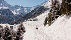 Breit und schneesicher laden die Pisten rund um die Bergsteigerdörfer im Sellraintal zum entspannten Rodelausflug ein