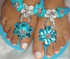 Chinelo Havaiana top Azul com Strass, com flores azul e prata e na correia bordada com pitanga azul. R$ 48,00
