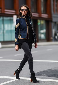 New York Fashion Week Street Style Februar 2016 Best Street Style, New York Fashion Week Street Style, Nyfw Street Style, Autumn Street Style, Military Inspired Fashion, Military Fashion, Military Style, Militar Jacket, Military Jacket Outfits