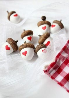 Eicheln mit Herzen Heart Acorns - With real acorn caps Kids Crafts, Fall Crafts, Holiday Crafts, Diy And Crafts, Arts And Crafts, Kids Diy, Valentine Day Crafts, Be My Valentine, Saint Valentine