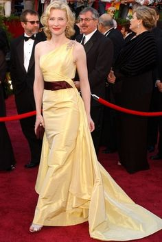 Cate Blanchett: Oscars 2005. I love the contrast between the yellow color of the dress with the chocolate bow.
