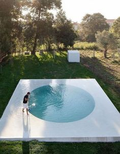 Are you looking for the best small pool ideas for your home? Are you trying to figure out how to design and build a pool for your backyard? Modern Landscape Design, Landscape Architecture Design, Modern Landscaping, House Landscape, Circle House, Round Pool, Modern Architects, Building A Pool, Fotos Do Instagram