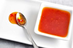 Denne søde chilisauce er børnevenlig og god som dip til både rispapirruller, grøntsager og meget andet. Mambeno har også lækre madplaner til hele familien.