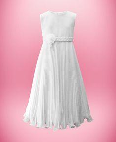 Vestido de chiffon, corte império, saia plissada, cinto de cetim bordado com pérolas e aplicação de flor de organza.