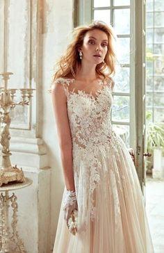 L'abito firmato da Alessandra Rinaudo della Nicole Fashion group ha vinto  la prima edizione degli International Bridal Awards 2017 della rivista Elle. E' stato votato da una giuria internazionale di caporedattori  della testata....