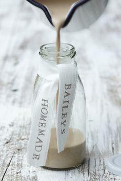 homemade baileys (teachers' gift!)... recipe in english here: http://www.food.com/recipe/homemade-baileys-irish-cream-337038