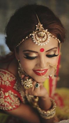 "How To Do Bridal Makeup At Home In 10 Easy Steps! Our simple and comprehensive ""how to do bridal makeup at home"" guide will have you looking as gorgeous as any expensive makeup artist could possibly muster! Best Bridal Makeup, Bride Makeup, Indian Bridal Makeup, Indian Bridal Wear, Bollywood, Moda Indiana, Makeup At Home, Beauty And Fashion, Style Fashion"