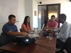 Parte del equipo MET mientras realizan el análisis de las métricas de IVR (Interactive Voice Response) uno de los servicios que en EB ofrecemos.