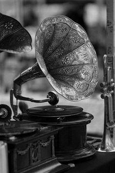 La música expresa aquello que no puede decirse con palabras pero que no puede permanecer en silencio. (Victor Hugo)