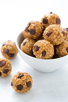 Healthy Snacks The best Energy Bites! The perfect on the go midday snack. My whole family loves these and I even make them for dessert sometimes! - So you're always ready for a snack attack. No Bake Energy Bites, Energy Balls, Power Balls, Oatmeal Energy Bites, Granola Bites No Bake, Protein Energy Bites, Protein Power, Yummy Treats, Yummy Food