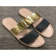 SANDALI DONNE LANAPO Sandali in vera pelle da donna di Lanapo modello Portofino con due fasce trasversali, una in pelle di colore grigio scuro e una con tomaia in coccodrillo color oro. Sandali da donna prodotti artigianalmente in Italia.#lanapo #sandali #sandalilanapo #lanaposandals #calzature #scarpe #shoes #portofino #toscana #tuscany #italia #italy #5terre #cinqueterre #fivelands #5lands #bambina #donna #signora #ragazza #girl #woman #lady