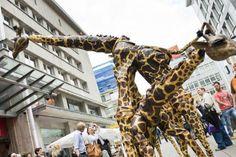 Mit einem großen Schaulaufen der Figuren fiel am Donnerstag der Startschuss der Fidena vor der Lichtburg in Essen. Mit dabei Stars Krokodile und ein ganz besonderer Gast: Gott.