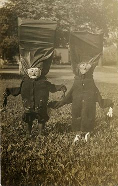 16 creepy vintage Halloween costumes which will make you want to claw your face off in terror - Us Vs Photos D'halloween Vintage, Vintage Halloween Photos, Photo Vintage, Halloween Pictures, Vintage Photographs, Coastumes Halloween Effrayants, Creepy Halloween Costumes, Crazy Costumes, Homemade Halloween
