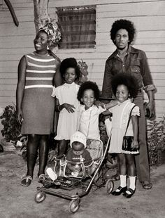 Bob Marley and family. His wife Rita Marley was a member of the vocal group The I Threes, and gained recognition as one of the backing vocalists for Bob Marley and the Wailers. Fotos Do Bob Marley, Arte Bob Marley, Bob Marley Wife, Reggae Rasta, Rasta Man, Bob Marley Pictures, Image Positive, Marley Family, Damian Marley