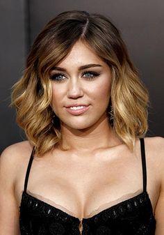 Miley Cyrus luce la versión más extrema de las mechas californianas con un gran contraste entre raíces y puntas.