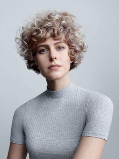 Kurzhaarfrisur trotz krausen Locken? Mit dem richtigen Haarschnitt kein Problem.