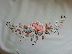 Çin iğnesi bohça Cutwork Embroidery, Embroidery Fashion, Embroidery Stitches, Embroidery Patterns, Free Machine Embroidery, Satin Stitch, Lace Knitting, Cross Stitch Designs, Fabric Painting