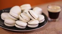 """750g vous propose la recette """"Macarons parisiens"""" accompagnée de sa version vidéo pour cuisiner en compagnie de Chef Damien et Chef Christophe."""