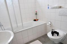 Das helle und freundliche Badezimmer mit Badewanne!