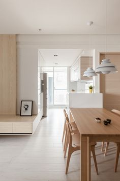 Where we don't see wood, we find a lot of white, helping to reflect sunlight and keep the whole atmosphere light and breezy. Kitchen Interior, Home Interior Design, Home Design, Houses Architecture, Interior Architecture, Minimalist Interior, Minimalist Living, Casa Muji, Ideas For Small Apartments