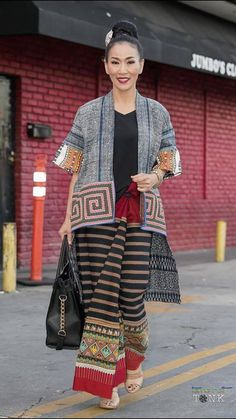 Aksarapak Bondu-The Phukaw Lifestyle Fashion, Women's Fashion, Fashion Outfits, Fashion Design, Blouse Batik, Thai Dessert, Thai Dress, Thai Style, Silk Dress