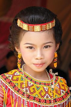Pretty girl in traditional costume from Celebes, Indonesia Kids Around The World, Beauty Around The World, We Are The World, People Around The World, Beautiful World, Beautiful People, Image Couple, Interesting Faces, Little People