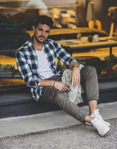 This year trend is literally mind-blowing: it's like a Coachella version of street style, and I absolutely love it! Check this lazy day outfit by Nohow! Formal Shirts For Men, Men Formal, New Mens Fashion, Look Fashion, Fashion 2020, Men Looks, Stylish Men, Men Casual, Mdv Style