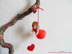 The needle felt loveheart flying fairy. La fatina rossa e il cuore, feltro ad ago.
