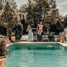 And just like that, les mariés décident de se jeter à l'eau ! 💦Un joli mariage fun, décontracté et plein de surprises ! 🍃 _____