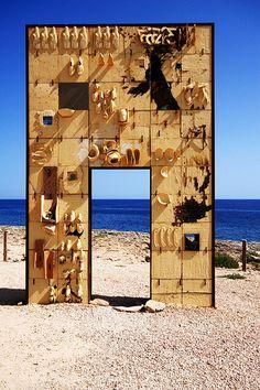 Porta d'Europa, Lampedusa, Sicilia- Italia (monumento alla memoria dei migranti deceduti in mare, di Mimmo Palladino) |