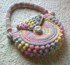 Bolso de niña hecho a crochet.