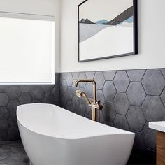 Subtle geometric design elements inspire this neutral bath space by @dluxdesignandco featuring the Litze Freestanding Tub Filler in Brilliance Luxe Gold.