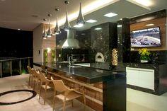 Área de churrasco moderna com forno decorada de granito preto e madeira - linda! - DecorSalteado