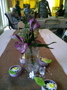 DIY table decor: make your favors a part of the table decor, some simple, inexpensive flowers in a mason jar, cut burlap fabric and a white tablecloth. White Tablecloth, Wedding Decorations, Table Decorations, Burlap Fabric, Diy Table, Baby Showers, Mason Jars, Glass Vase, Favors