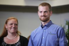 米ジョージア(Georgia)州アトランタ(Atlanta)のエモリー大学病院(Emory University Hospital)で、退院の記者会見をするケント・ブラントリー(Kent Brantly)医師(右)と妻のアンバー・ブラントリー(Amber Brantly)さん(2014年8月21日撮影)。(c)AFP/Getty Images/Jessica McGowan ▼22Aug2014AFP|エボラ感染の米国人2人が退院 http://www.afpbb.com/articles/-/3023733
