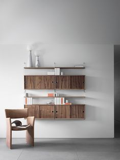 String Furniture - a Scandinavian design company offering storage solutions for every room. The flexible and iconic String® shelving system, the modern console shelf Museum™, sit-stand tables and more for the office from the Works™ assortment. Cupboard Shelves, Built In Shelves, Cabinet, Floating Shelves, System Furniture, Furniture Design, String Regal, Dining Room Shelves, Shelving Solutions