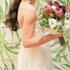 ブーケは旦那の叔母にあたるあきさんがお花屋さんに勤めているのでお願いして作ってもらったもの♡ 愛情たっぷり! こんなのがいいなと送っていた写真より遥かに可愛いかった♡ 本当にセンスがよくて、、このまま永久保存したい。 ブーケはドレスとネイルがちゃんと見える大きさが理想で、サイズ感バッチリでした幸せ♡ #プレ花嫁 #卒花嫁 #卒花 #ブーケ #沖縄 #沖縄式 #エンパイアドレス #トリートドレッシング #カジュアルウェディング #アットホームウェディング #イルドレ沖縄 #ウェディングドレス #ブーケmiyaasayaa