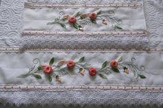 Jogo de toalhas banho/rosto, brancas, de excelente qualidade, bordadas em fita e acabamento com renda guipir.    Medidas: toalha banho: 70 cm x 1,40   toalha de rosto: 50 cm x 80 cm.    Frete por conta do cliente.