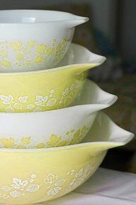 Just when I think I've seen all the pyrex there is to see some mythical white whale unicorn pyrex taunts me. Just when I think I've seen all the pyrex there is to see some mythical white whale unicorn pyrex taunts me. Vintage Bowls, Vintage Kitchenware, Vintage Glassware, Vintage Tins, Hd Vintage, Motif Vintage, Vintage Yellow, Antique Dishes, Vintage Dishes