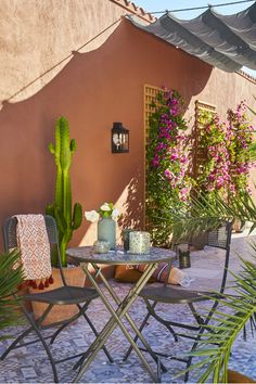 A terrace like in Marrakech Outdoor Rooms, Outdoor Gardens, Outdoor Living, Outdoor Furniture Sets, Outdoor Decor, Backyard Patio, Backyard Landscaping, Backyard Water Feature, House Plants Decor