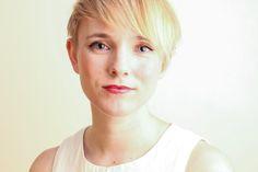 """A jornalista Tansy Hoskins fala sobre a indústria da moda, capitalismo, moda ética e sobre seu livro, Stiched Up: """"Devemos lutar por um mundo melhor""""."""