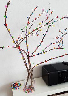 Heute habe ich eine simple aber sehr dekorative DIY Anleitung für dich, mit der du dein Zuhause zuckersüß dekorieren kannst. Für diesen Eyecatcher benötigst du ein paar Zweige, Pompons in deiner Wunschfarbe und eine Heißklebepistole. Für unseren Pompon-Dekozweig sammelten wir bei einem Wald-Spaziergang abgeknickte Zweige. Auf Amazon kauften wir einen Beutel bunte Mini-Pompons (1.000 Stück …