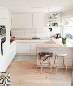 32 Popular Scandinavian Kitchen Decor Ideas You Should Try - Born in the coldest areas, the Scandinavian style includes pieces of furniture made of pine, serious lines and tones inspired from fjords. Source by jonathanwrick Kitchen Scandinavian Interior Design, Scandinavian Kitchen, Interior Design Kitchen, Scandinavian Style, Kitchen Designs, Minimalist Scandinavian, Room Interior, New Kitchen, Decorating Kitchen