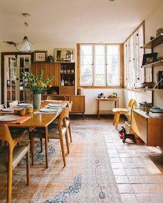 ריצוף, צבעוניות של העץ. חלון מעץ בכלל- כל המראה הזה מאוד חם ומזכיר את הבית של ההורים