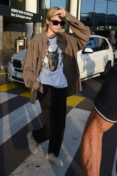Kendall Jenner Style 549861435756069275 - Kendall Jenner's Airport Look Includes an Ode to Her Dog Kendall Jenner Outfits Casual, Kendall Jenner Mode, Casual Outfits, Cute Outfits, Kylie Jenner, Kendall Jenner Clothes, Kendall Jenner Fashion, Jenner Hair, Jenner Makeup