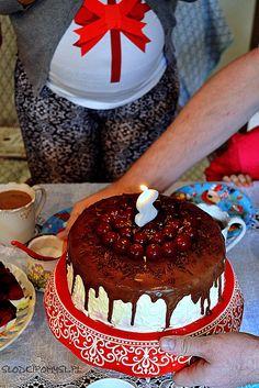 Tort Czarny Las, znany również jako Black Forest lub tort Szwarcwaldzki to znane na całym świecie idealne połączenie ciasta czekoladowego z wiśniami i kremem śmietankowym.