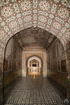 Jehangir's Tomb - an ornament of historical Lahore.   Photo © intricateworks.com