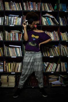 A modelo Paula Ditho Soares usa blusa modelo ombro caído com estampa badu. Valor: R$45 reais e calça saruel étnica por R$85 reais.